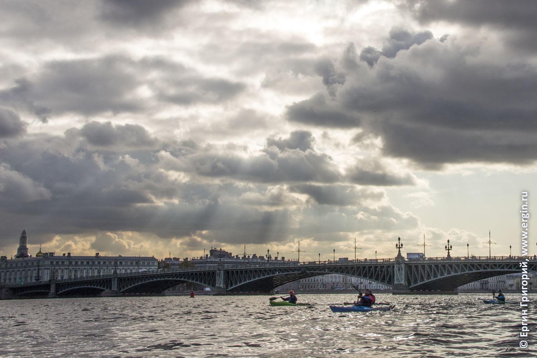 Каякеры выходят из-под Троицкого моста солнце сквозь тучи