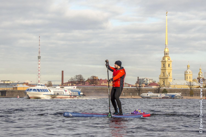 САП-серфер проходит по Неве Метеоры Петропавловская крепость