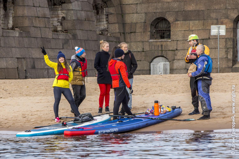 Каякеры знакомятся с САП-серферами на пляже Петропавловской крепости в Санкт-Петербурге