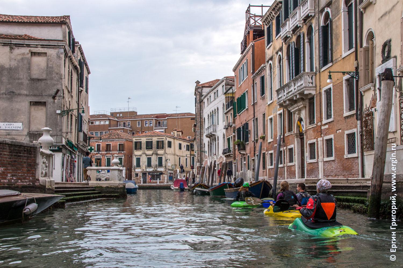 Каякеры на маленькой улочке в Венеции протоке