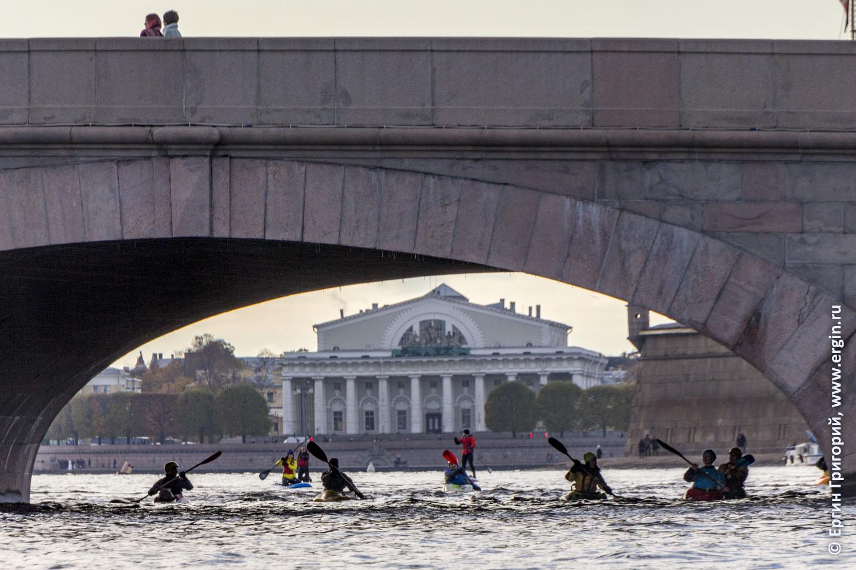 Вид из-под Троицкого моста на биржу каякеры гребут
