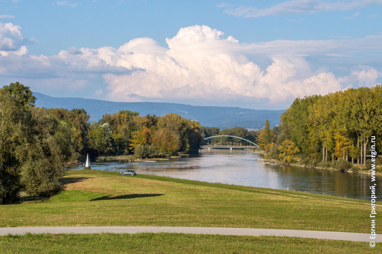 Вид на реку Изар от плотины в Платтлинге осень