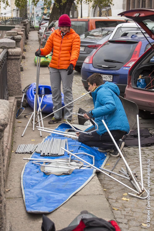 Байдарочники собирают байдарки на канале Грибоедова в центре города Санкт-Петербуга