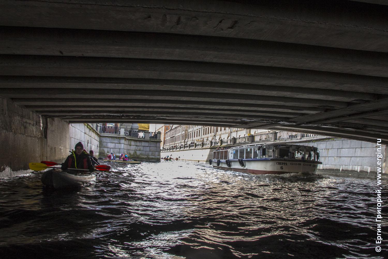 Байдарка и речной трамвайчик под мостом в СПб