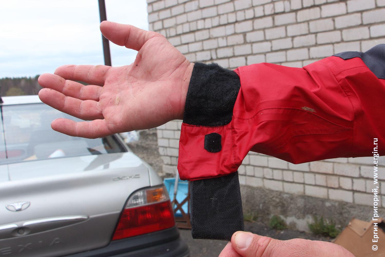 Дополнительная застежка липучка на рукаве сухой герметичной водонепроницаемой куртки каякера туриста водника байдарочника