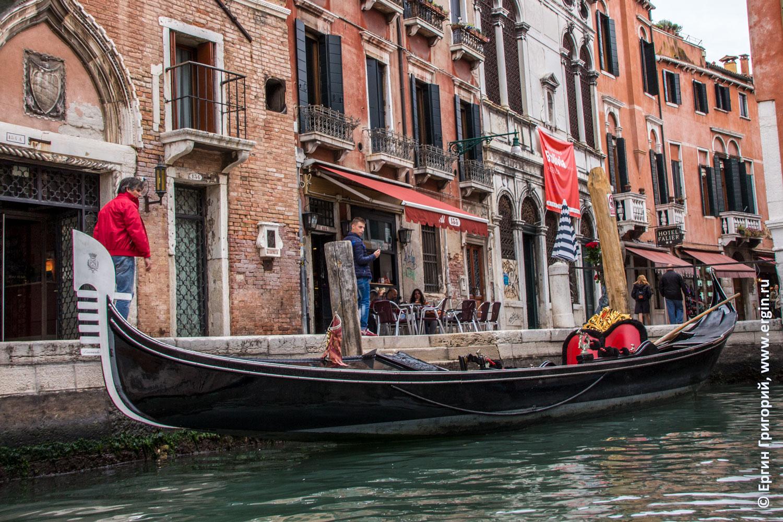 Гондола на берегу канала в Венеции