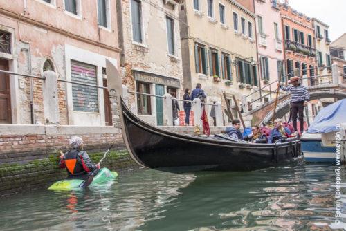 Каяк и гондола в Венеции
