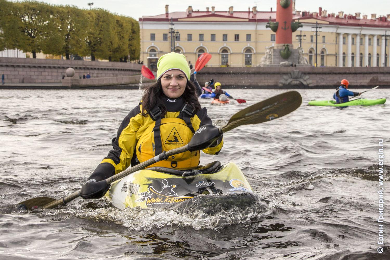 Девушка каякер идет на каяке по Неве Санкт-Петербург