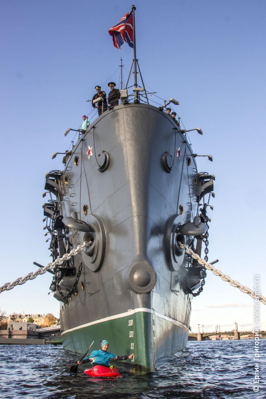 Каякер у крейсера Аврора в Санкт-Петербурге