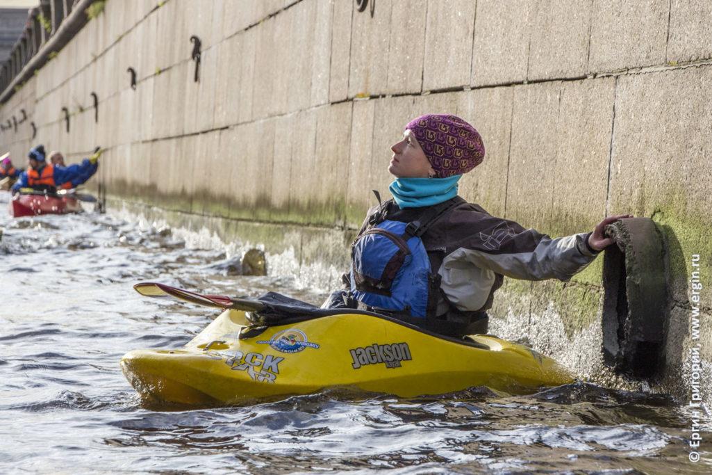 Каякер созерцает Спас на Крови в Санкт-Петеребурге на канале Грибоедова