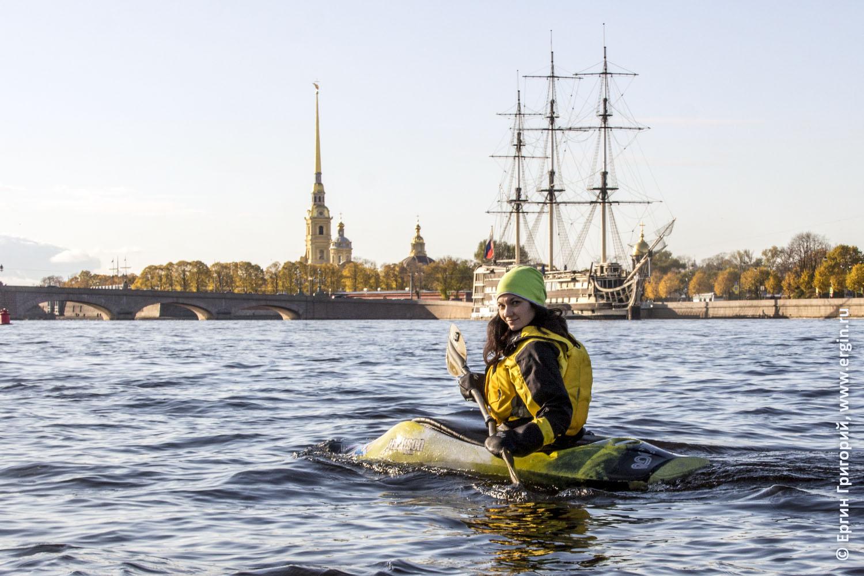 Каякер идет по реке Неве мимо Петропавловской крепости