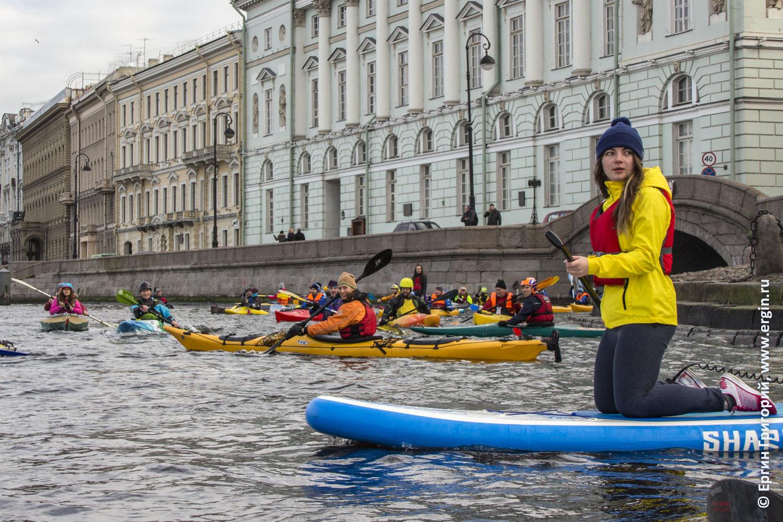 Каякеры байдарка и SUP в Санкт-Петербурге на выходе в Неву из Зимней канавки