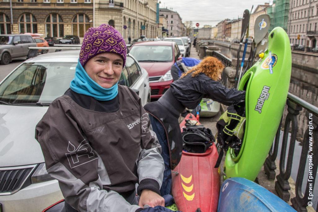 Группа каякеров собирается отправиться в водную прогулку на каяках по Санкт-Петербургу