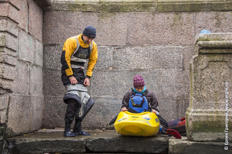 Каякеры готовятся к старту по рекам и каналам Санкт-Петербурга