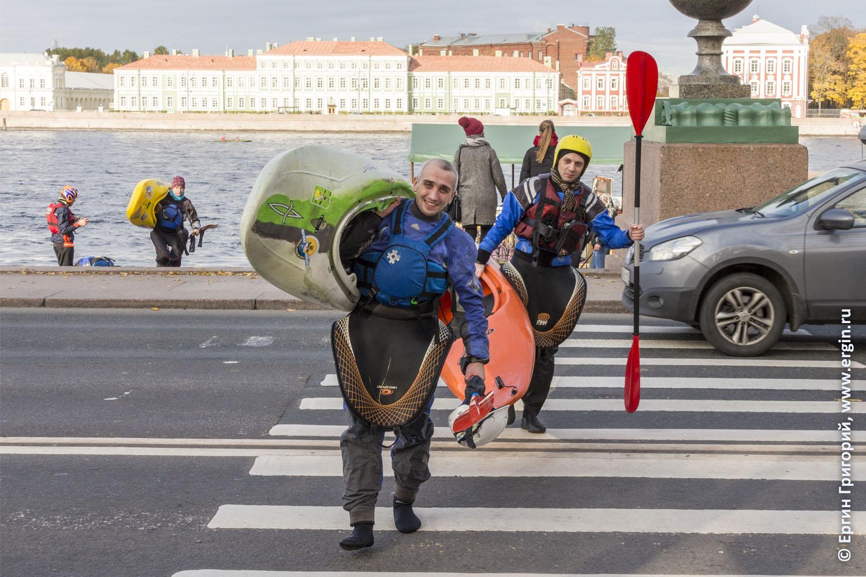 Каякеры на дорожном переходе в Санкт-Петербурге