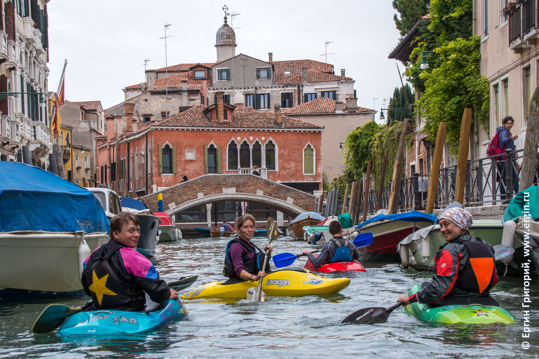 Каякеры в трущобах Венеции