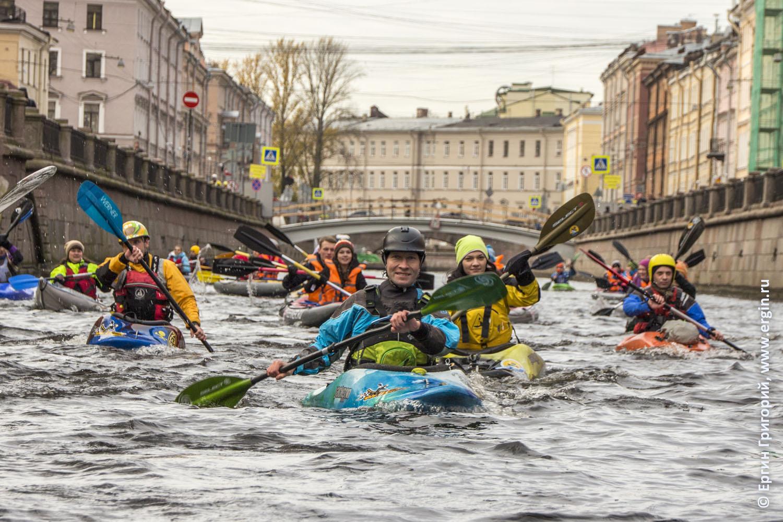 Каякеры Санкт-Петербурга идут гребут под Банковским мостом