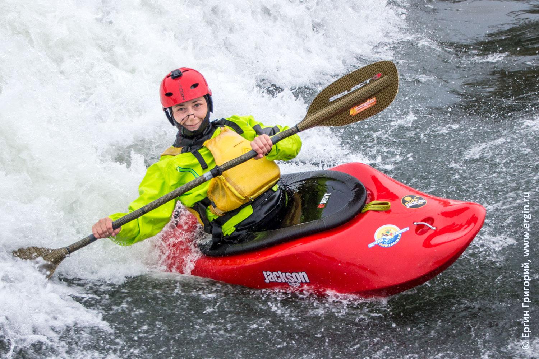 Каякер улыбается в пороге на бурной воде в каяке Платтлинг
