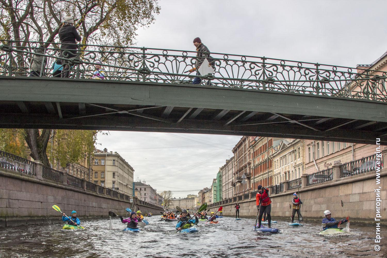 СПб каякеры под Банковским мостом на канале Грибоедова