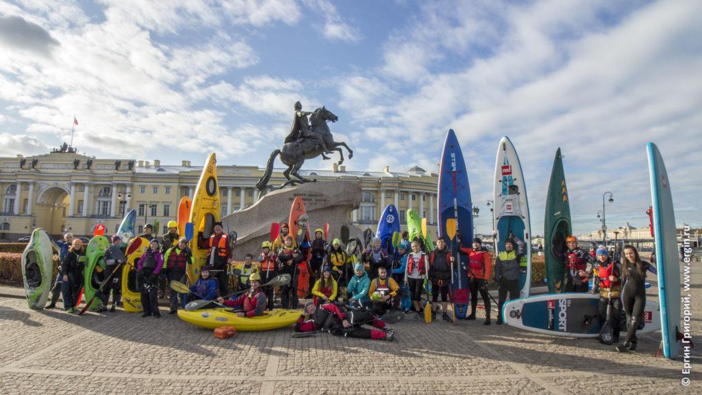 Каякеры байдарочники SUP-серферы в Санкт-Петербурге у медного всадника