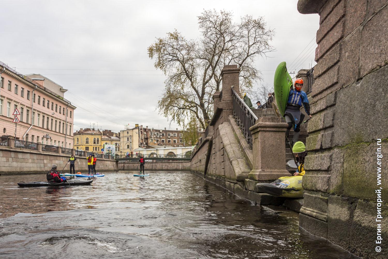 Каякеры спускают каяки в каналы с гранитных набережных в Санкт-Петербурге