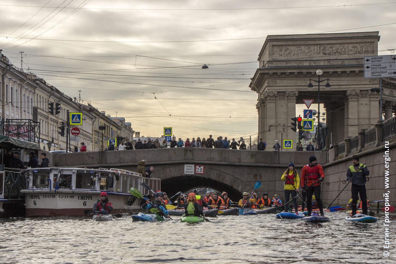 Каяки байдарки SUP в центре Питера у Дома Книги и Казанского моста