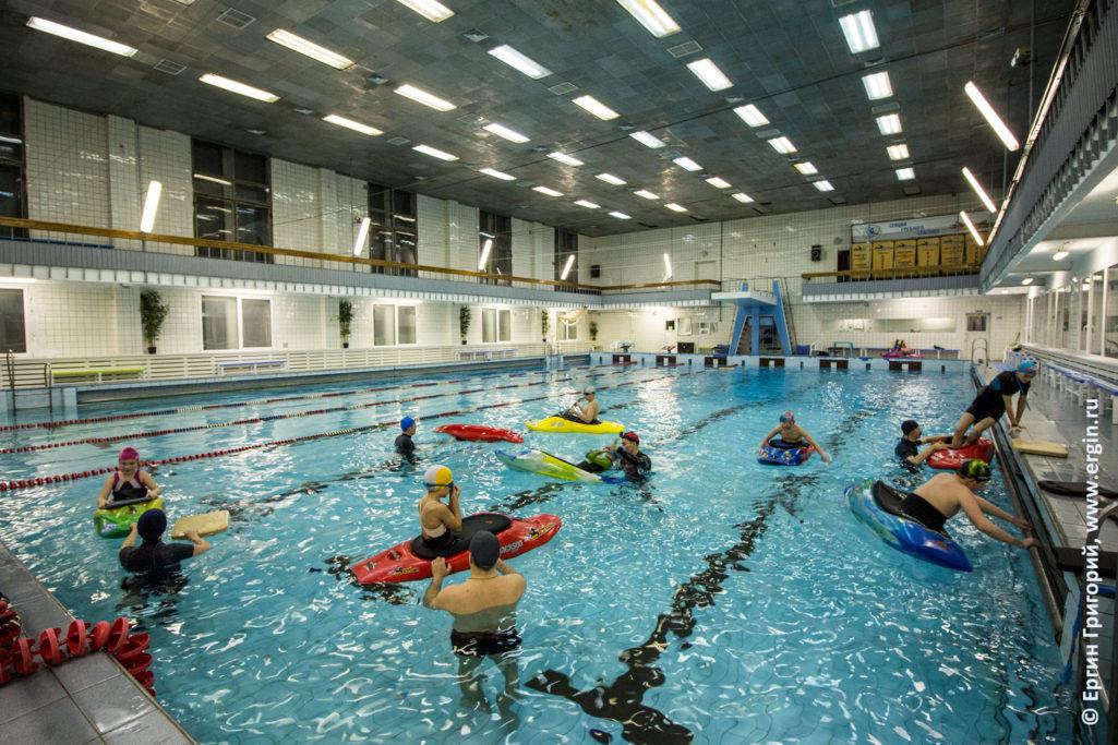 Дети занимаются каякингом в бассейне тренировка