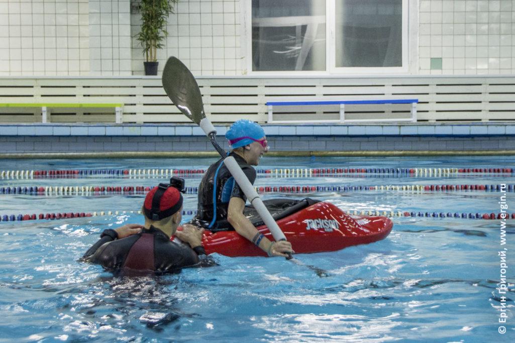 Детский каякинг с детьми каяками в бассейне