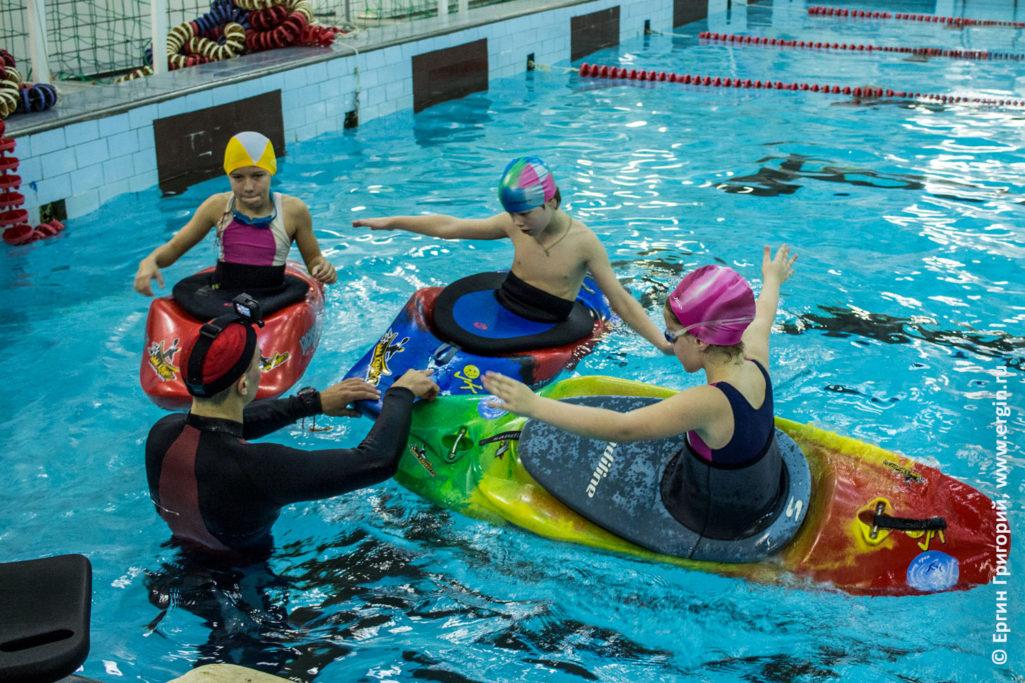 Дети-каякеры обучаются в бассейне каякингу