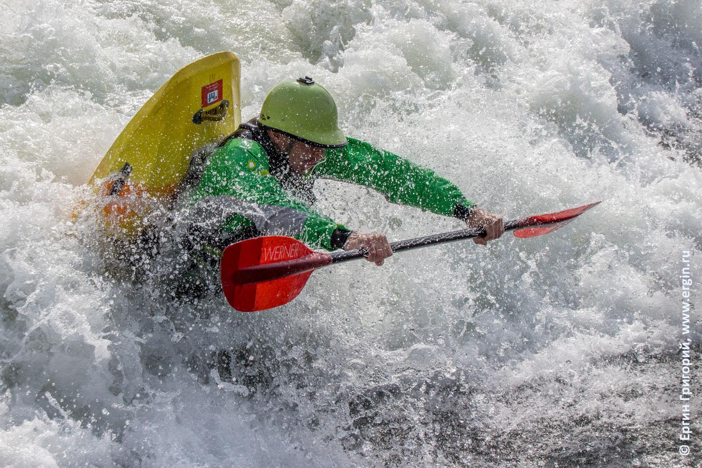 Фристайл на каяке на бурной воде в Платтлинге Германия