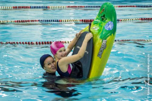 Каякеры мама и дочь занимаются каякингом в бассейне