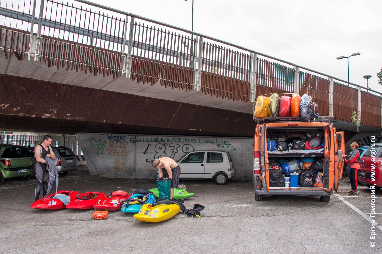 Микроавтобус с каяками запарковался в Венеции