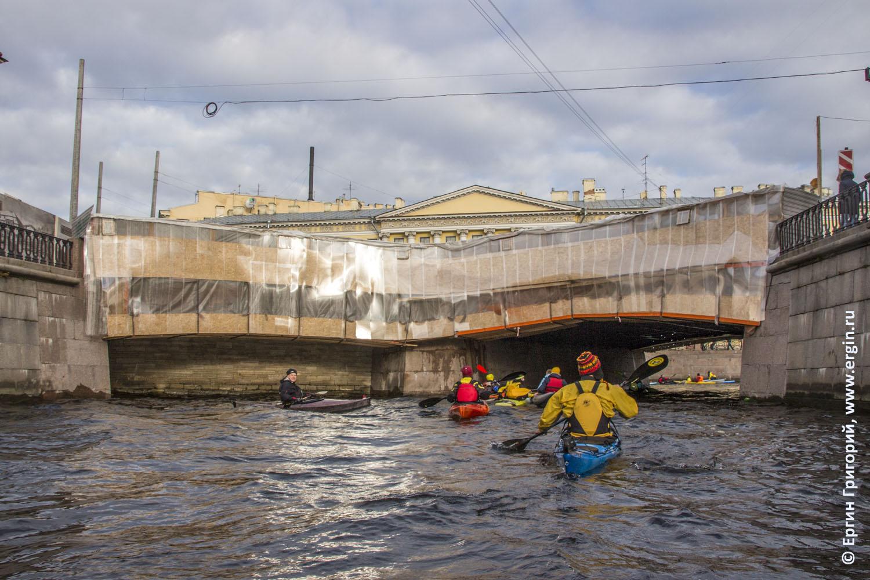 Под театральным мостом в Петербурге проходят каякеры