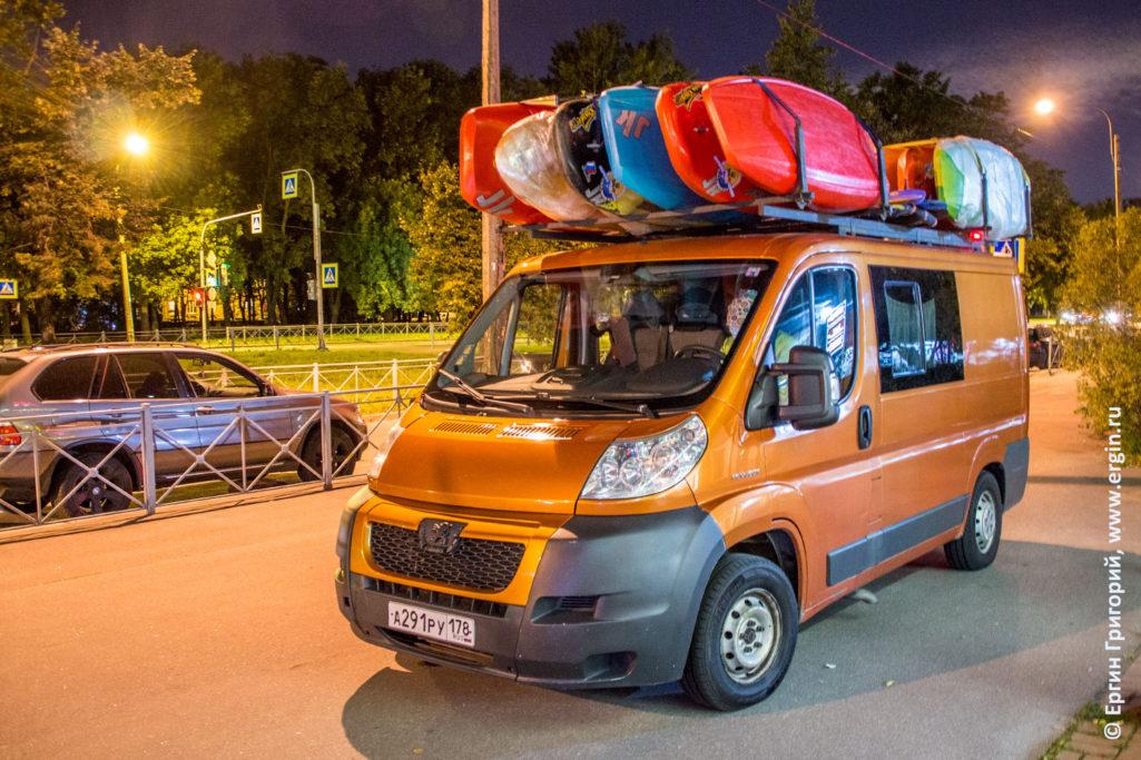 Микроавтобус каякеров с каяками родео-бас отправляется в Платтлинг