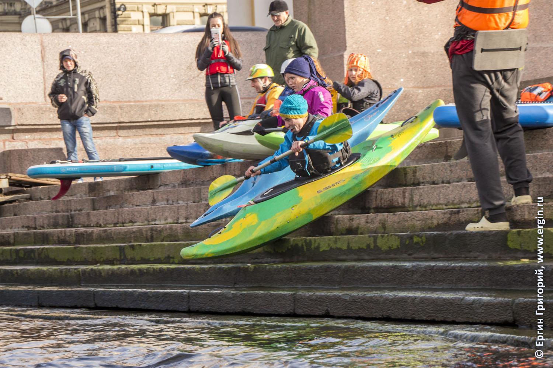 Тюлений старт каякеров с набережной в Санкт-Петербурге