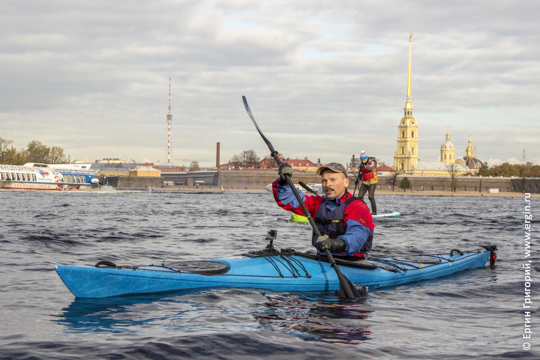 Каяк для моря идет по Неве Морской каякинг в Санкт-Петербурге