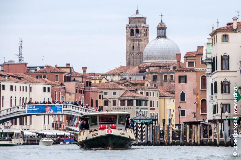 Маршрутка такси теплоход на гранд Канале в Венеции купол церкви Сан-Джеремия