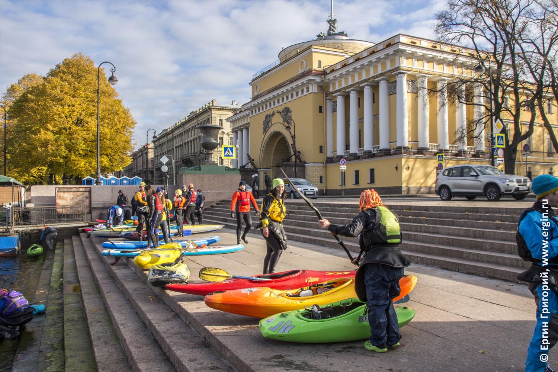 Каякеры высаживаются на набережную в Санкт-Петербурге недалеко от Медного Всадника