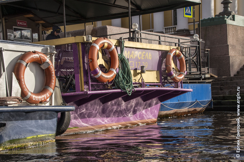Солнечные блики на воде реки Невы у стоящих кораблей Санкт-Петербург