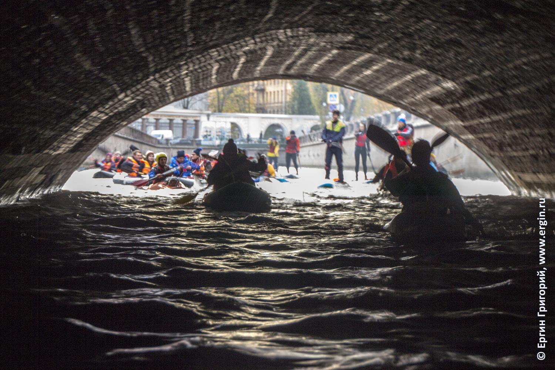 Под Казанским мостом в Питере на каяках байдарках SUP