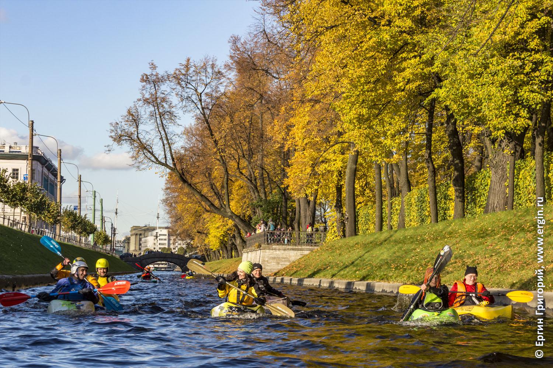 Осенний каякинг в Санкт-Петербурге среди желтых листьев
