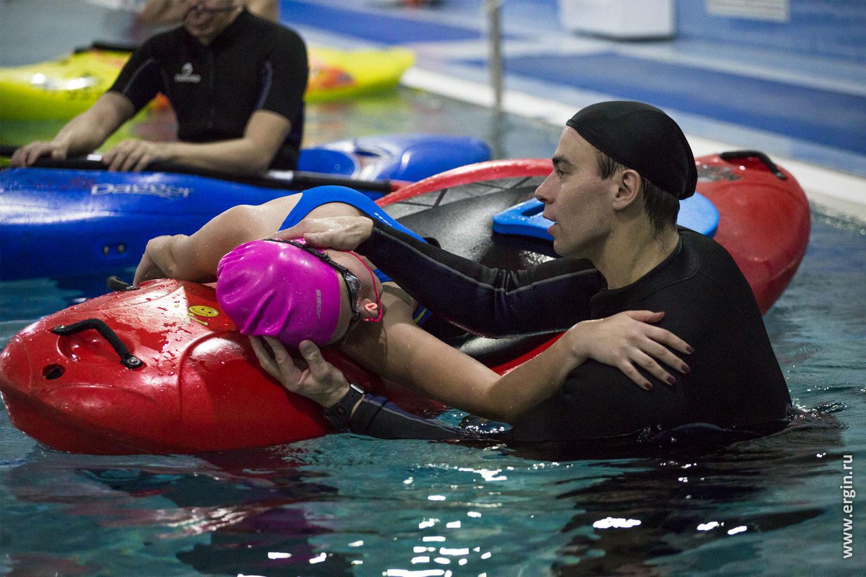 Обучение эскимосскому перевороту на каяке каякеры тренируются в бассейне