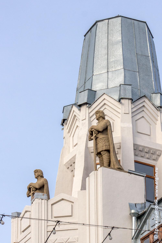 Гостиница Волга Саратов статуи на крыше