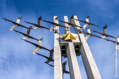 Памятник Журавли Звезда Саратов крупно вплотную