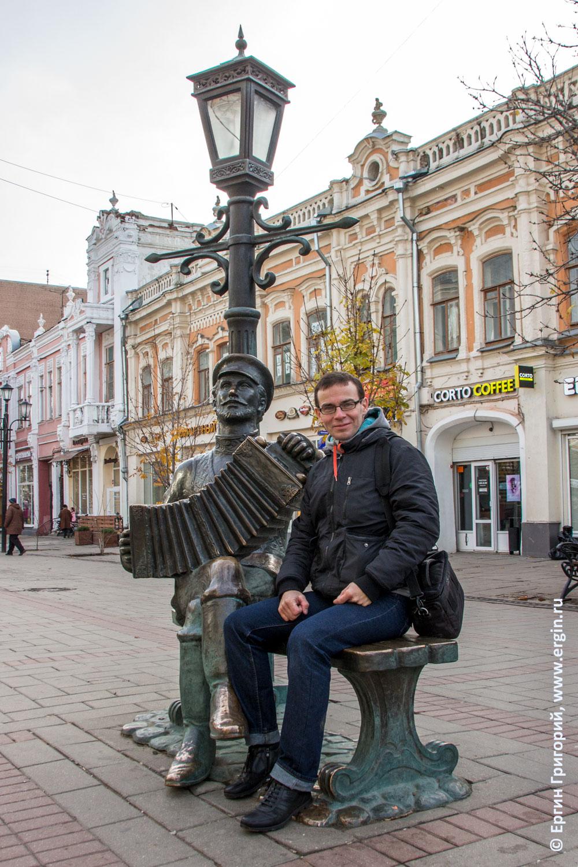 Памятник гармони города Саратова с колокольчиками на проспекте Кирова