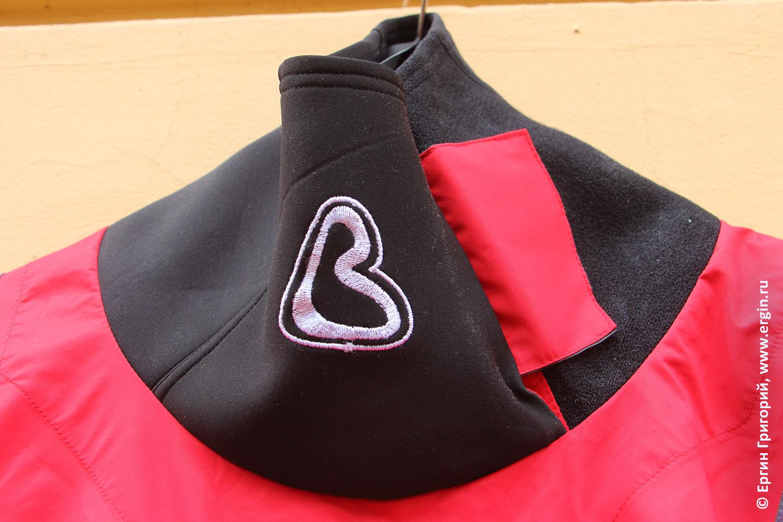 Логотип Вода на сухом костюме водника каякера байдарочника