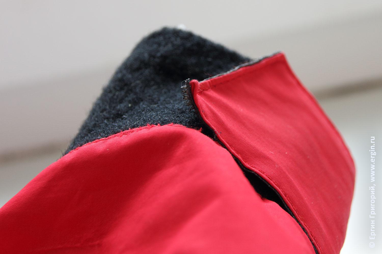 Загнутый вверх уголок застежки липучки на рукаве сухого костюма каякера