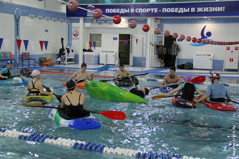 Обучение фристайл-каякингу в бассейне на каяках