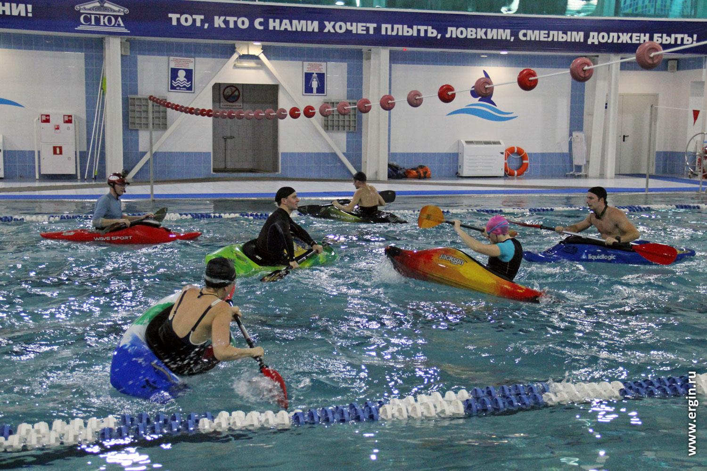 Школа каякинга каякеры занимаются в бассейне