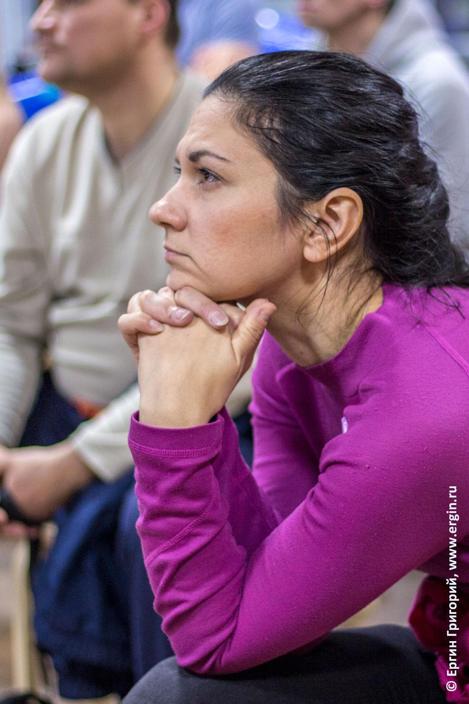 Внимательно слушает девушка каякер участник семинара о бурной воде для начинающих